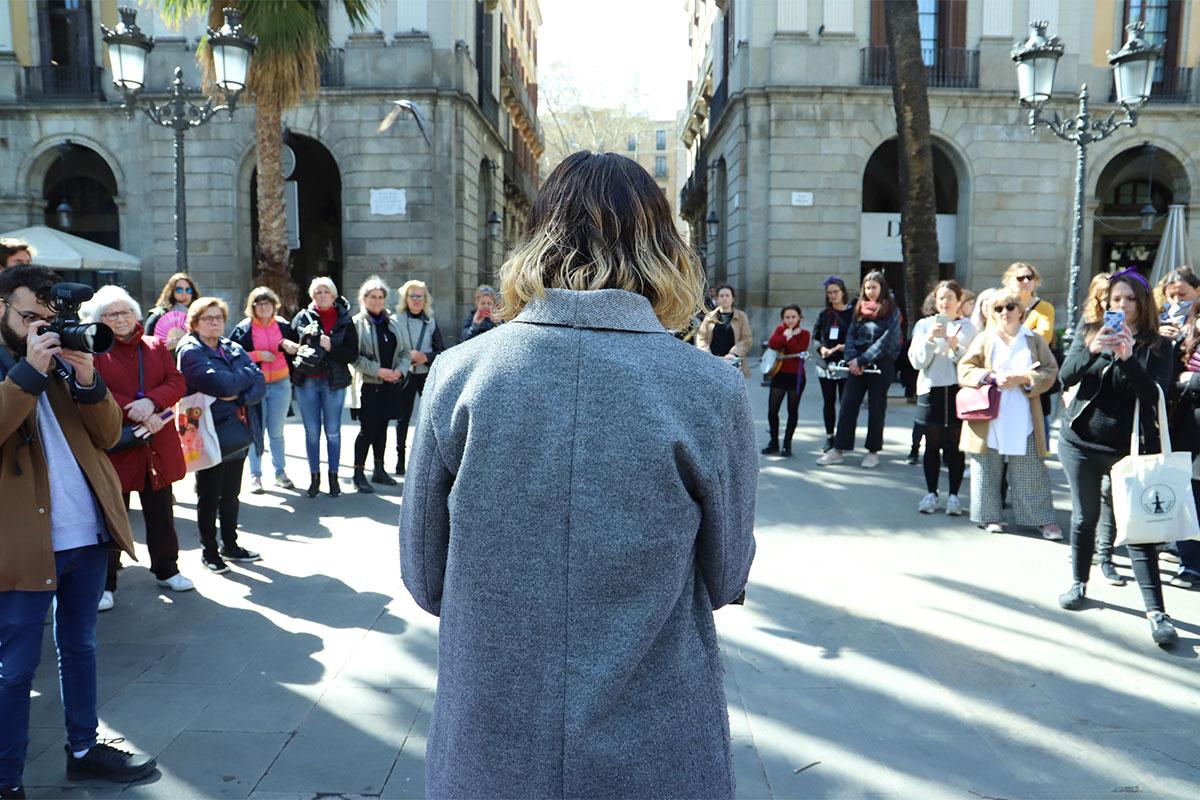 Núria Ramon, directora de l'Institut Català de les Dones, llegint el manifest del 8M a la plaça Reial.