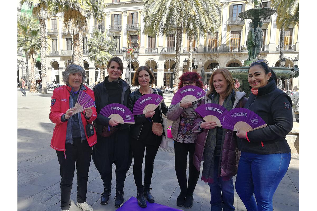 D'esquerra a dreta, la Font, l'artista Marta Fàbregas, la directora de la Fundació Setba Cristina Sampere, la Filo, l'Elena i la Celsa, participants del projecte De l'ombra a la llum.