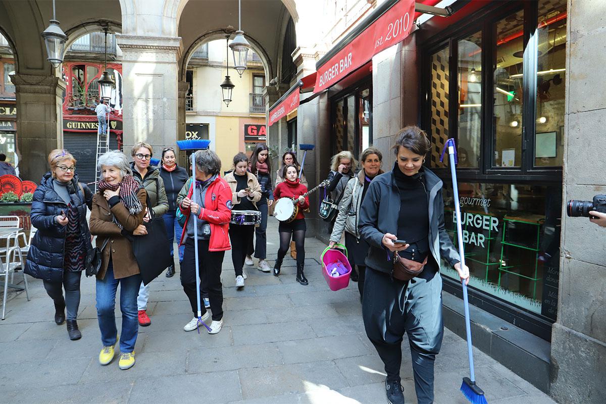 L'artista Marta Fàbregas i participants entrant a la plaça Reial amb el grup musical.